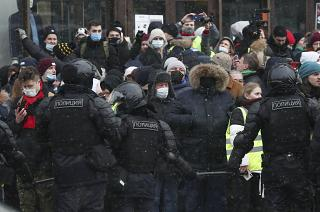 Apoiantes de Alexei Navalny detidos frente à colónia penal
