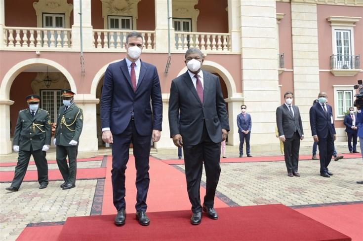 À esquerda Pedro Sánchez, chefe de governo de Espanha; à direita João Lourenço, presidente angolano