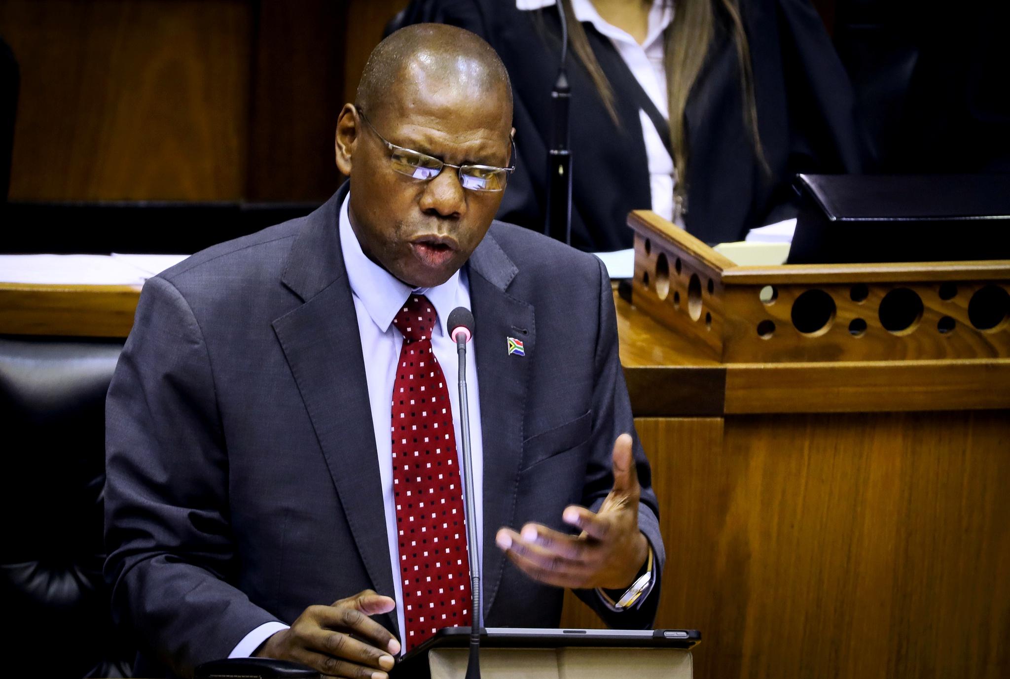 Presidente sul africano afasta ministro da saúde do governo