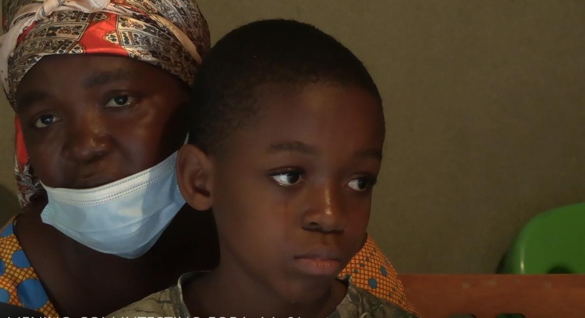 Criança de 10 anos com o Intestino fora da barriga clama por ajuda para uma operação