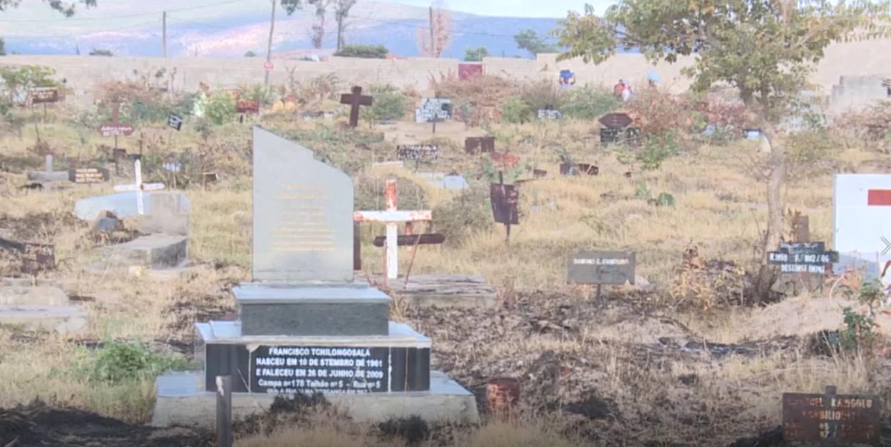jovens invadem cemitérios no Lubango para melhorar as condições de vida com práticas indecorosas