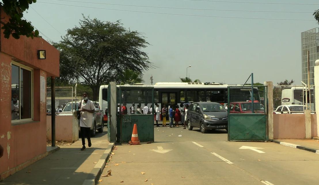 Escolas primárias e secundárias da cidade de Luanda quebram regras de prevenção e combate à Covid-19