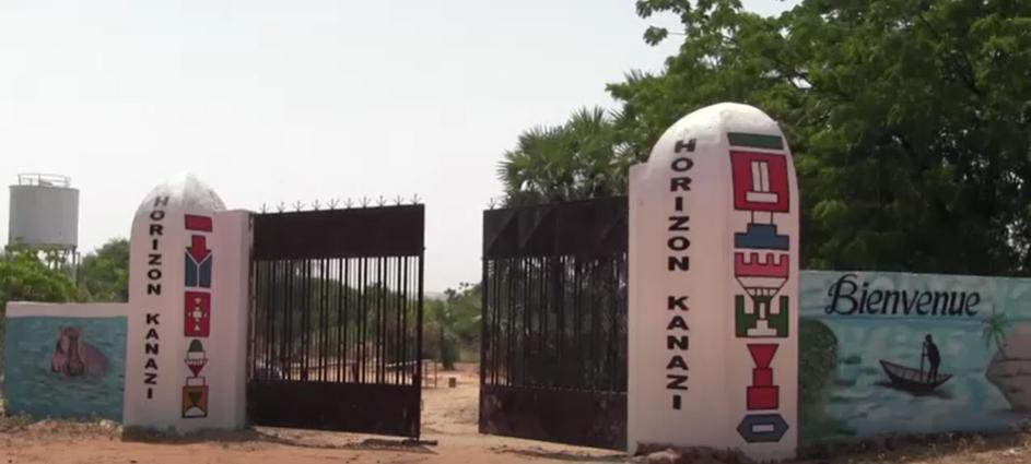 Cidadãos protestam contra o encerramento de locais de atração turística pelo governo